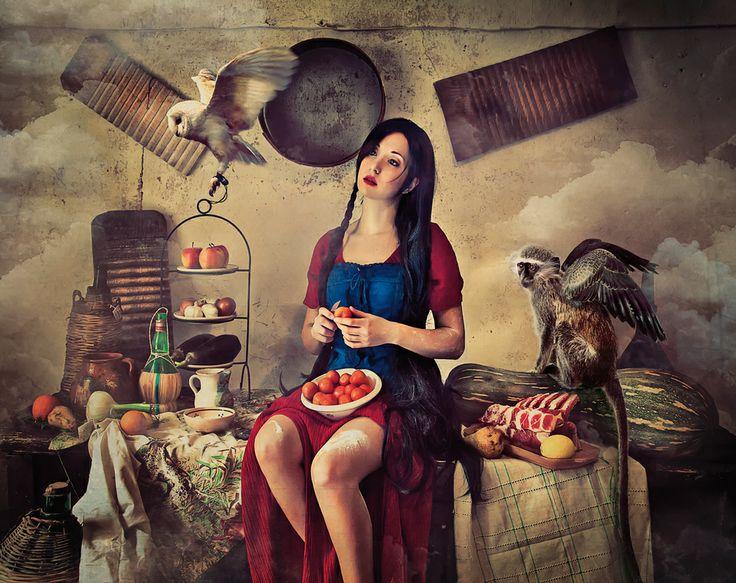 Domenica. Una finestra aperta sul mondo immobile. Risate argentine fanno da sottofondo al chiacchiericcio gentile di donne dalle mani tiepide di chi amorevolmente cura. Un profumo percorre la casa insinuandosi in ogni più piccolo istante di vita del giorno di festa. La cura e la pazienza creano il buono che viene assaporato con tutti i sensi: il rosso caramellizzato del pomodoro, l'intrigo del pepe nero che solletica naso e mente, la freschezza tattile delle foglie di basilico. #Profumi