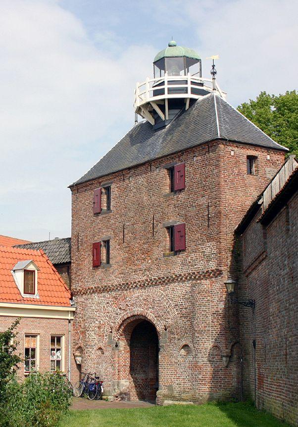 vuurtoren Harderwijk De Vischpoort, gebouwd eind 14e eeuw, is de enig overgebleven stadspoort aan de waterkant in Harderwijk.Bovenop de Vischpoort is in de 18e eeuw de vuurtoren gebouwd. Na de afsluiting van de Zuiderzee verloor deze zijn betekenis, zodat hij in 1947 werd gesloten. Tegenwoordig gaat het licht alleen aan bij speciale gelegenheden.