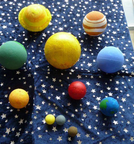 Anniversaire sur le thème de l'espace: fabrication de planètes en polystyrène Explications ici: https://patouilleettraficote.wordpress.com/2015/07/15/anniversaire-sur-le-theme-de-lespace-les-activites-du-jour-j/