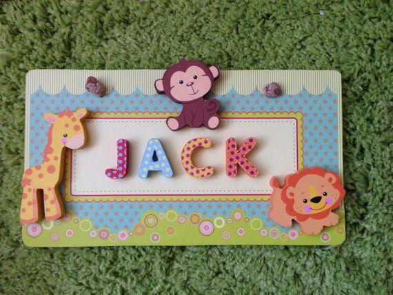 Appesi cartelli nome in legno che questa è la lista per tema giungla, include la scimmia, giraffa e Leone sulla lapide.  Fatto dal bordo di legno