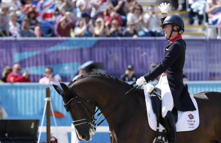 Les Britanniques (Charlotte Dujardin, Laura Bechtolsheimer et Carl Hester) ont remporté l'or olympique dans l'épreuve par équipes de dressage, devant l'Allemagne et les Pays-Bas.