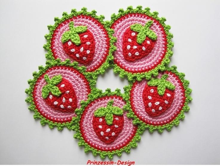 1 Gehäkelter Button / Aufnäher mit einer Erdbeere.  Durchmesser ca. 7 cm  !!! Bitte beachte !!!  Der Preis bezieht sich auf eines dieser gehä...