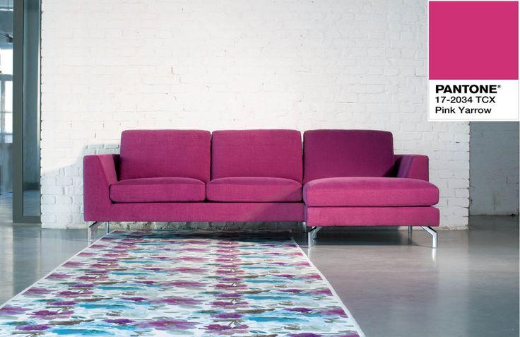 Sofa Ohio Sits w kolorze pink yarrow Pantone.