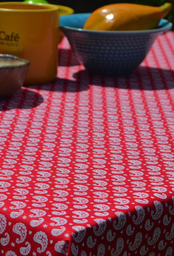 Toalha de Mesa Amorosa  A tonalidade vermelha, cor essencialmente quente, transbordante de vida para realçar seu ambiente