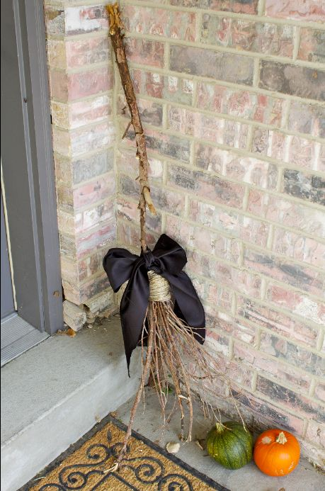 Twig brooms and other clever hallowe 39 en decorating ideas for Diy twig decor