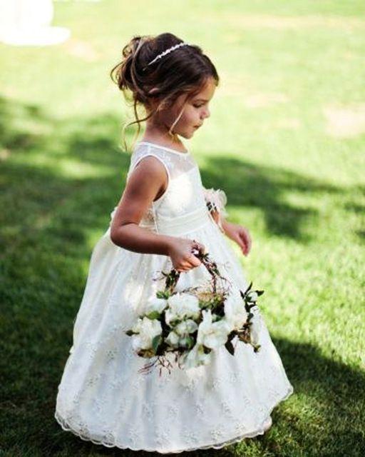 Charme Princesse Demoiselle D'honneur Robes Sheer Décolleté Dispersés Dentelle Appliques Robes Première Sainte Robe De Mariage Fleur Fille Robes