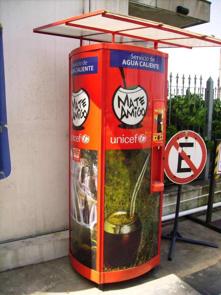 Maquina para agua caliente para hacer un mate: en Uruguay no es solamente una bebida; es una experiencia social.