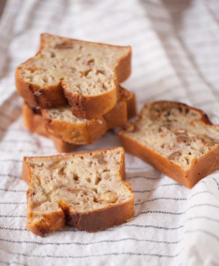 För många år sedan fick jag ett tips från en läsare (tack Ylva!) om att byta ut smöret mot äppelmos när man gör banana bread. Jag vet inte varför jag väntat tills nu med att testa, men den som väntar på något gott väntar väl aldrig för länge, antar jag.Jag gick steget längre och bytte även ut st