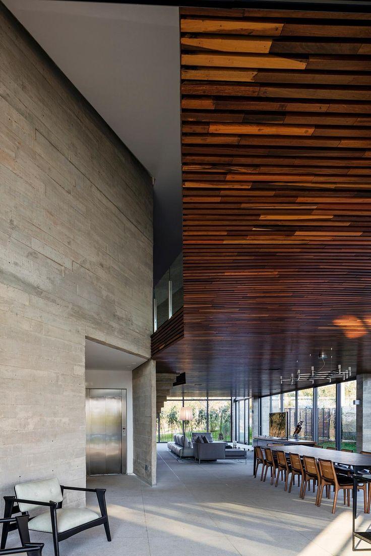 """A Casa Braga, localizada em Nova Lima (MG), tem espaços totalmente integrados desde a entrada até os fundos. Estar, jantar, cozinha 'gourmet' e piscina são """"uma coisa só""""."""