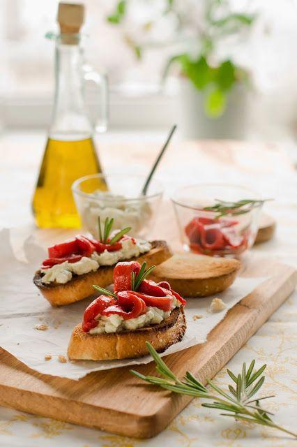Bruschetta con robiola di Roccaverano, peperoni e rosmarino