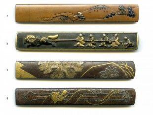 34 4 Kozuka Japan L 9,6 cm - 9,8 cm.   Provenienz: Carlo Monzino (1931-1996), Castagnola.  Verschiedene Metalllegierungen mit diversen Motiven. Unterschiedlicher Dekor mit feinen Details, z.T. mit Gold-, Silber- oder Kupfertauschierungen.  a: gemäss Sotheby's London (Juni 1996, Lot 338): Yanagawa-Kozuka. Kono Haruaki (1787-1857) zugeschrieben und seitlich signiert: Hogen Harukai.  b: gemäss Sotheby's London (Juni 1996, Lot 206): Shakudo-Kozuka. Goto-Schule, Edo-Zeit (wahrscheinlich 17. Jh.).