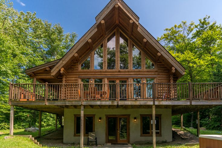 Beautiful and luxurious waterfront log cottage for rent in Mont-Tremblant, Quebec, Canada / Magnifique et luxueux chalet de bois rond, bord de lac, à louer à Mont-Tremblant, Quebec, Canada