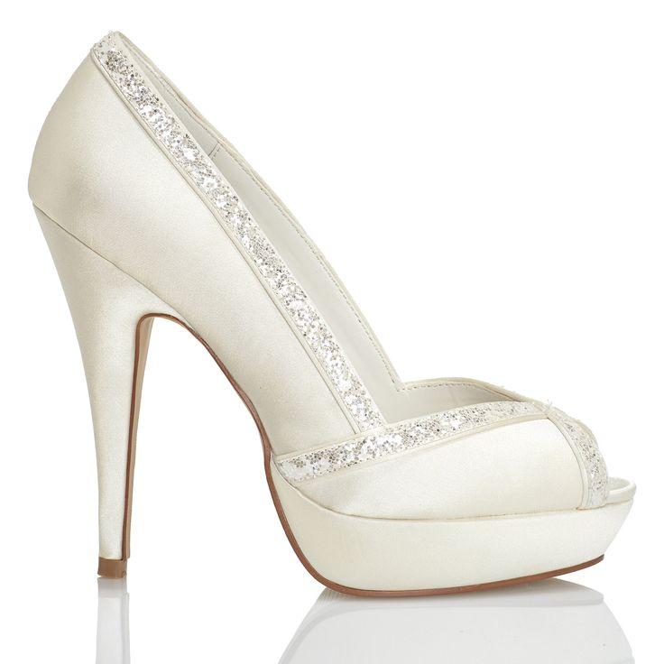 Zapato de novia en satín con pedrería de Menbur (ref. 6220) Satin bridal shoes by Menbur (ref. 6220)