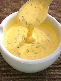 sauce bearnaise Dans une casserole, verser 5 cuillères à soupe de vin blanc, 3 cuillères à soupe de vinaigre de xérès, 2 cuillères à soupe d'estragon, sel, poivre et une échalote émincée. Faire réduire doucement 10 min. Retirer du feu attendre quelques minutes. Ajouter 2 jaunes d'oeufs. Remettre sur feu doux et ne jamais cesser de fouetter pour monter la béarnaise. Quand elle s'épaissit, retirer du feu et ajouter 50g de beurre en petits morceaux. Bien mélanger jusqu'à obtenir sauce homogène
