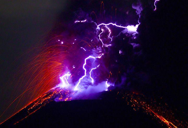 Lightning in the eruption ash column of an explosion of Anak Krakatau (Nov 2010) (Photo: Tom Pfeiffer)
