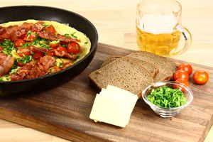 Gammeldags æggekage med bacon, purløg, tomater og et godt rugbrød, billede 4