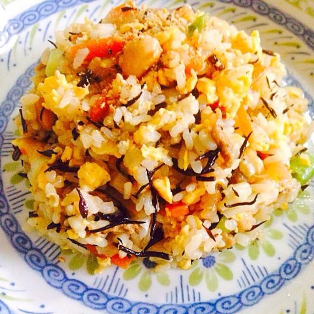 10年前くらいに冷蔵庫に卵とご飯とひじき炊いた残りとネギしか無い日に、 卵、ご飯、ネギでチャーハン作ろうとした途中で、なぜか、ひじきも一緒に炒めてみたら、メチャ美味しくて、それからは、ひじき炊いたら次の日はひじきチャーハンです(*^^*) 旦那様も大好きな一品で、明日は ひじきチャーハンにして!って必ず言ってますo(^_^)o 簡単だし、味付けいらないし、 栄養満点だし♪ 基本は我が家は十五穀米なんですが、 今日は、珍しく白米が冷凍したのがあったので、白米で普通にチャーハンにしました!不思議に白米と十五穀米ぢゃ、 味が全然違います。 白米があまり好きぢゃないから、 やっぱり私は十五穀米が良いかも(^^;; - 60件のもぐもぐ - ひじきチャーハン♪ひじきご飯では無い(笑) by tommym