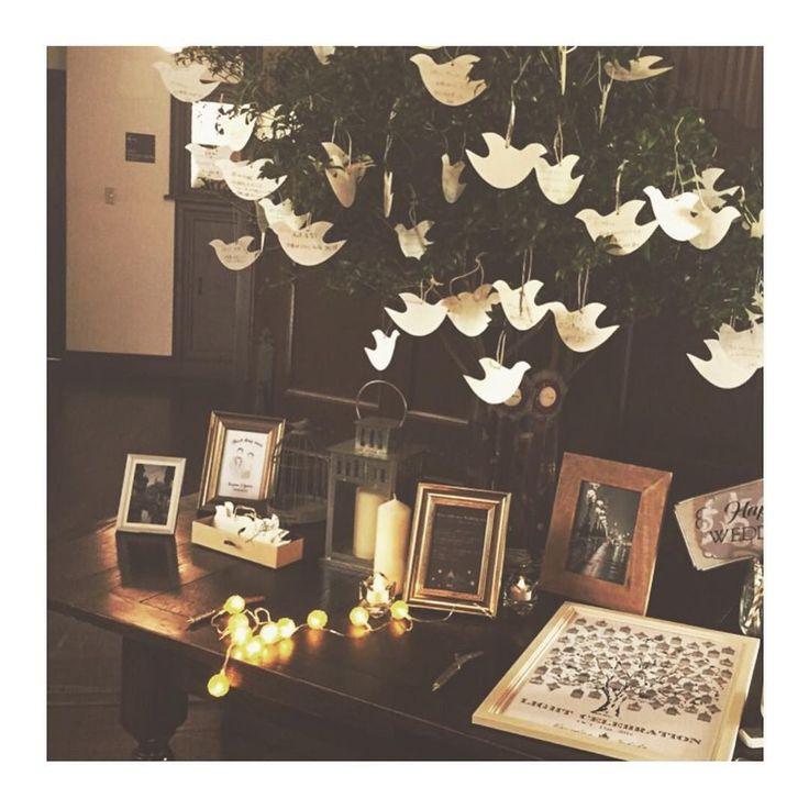 ❈❈❈ ✫ wedding report 6 ✫ ( 友人) ウェルカムスペースのテーブル その2✨ こちらもお気に入り♡ ・ バード型ゲストカードに、先輩花嫁様にお譲り頂いた枝風ボールペンで、名前とメッセージを書いて吊るしてもらいました⋆* 父母から素敵な言葉が書いてあり、 式後に落ち着いてから読んで泣きました ・ その横にウェディングツリーを置き、 スタンプでゴールドの明かりを灯してもらいました ・ 元々のジェームス邸のアンティークな雰囲気や木の内装に、キャンドルやライトを置いて明かりを灯すと温か〜な雰囲気に ・ ・ そして、お譲りにたくさんのご応募 ありがとうございました 抽選の結果お譲りさせて頂く方には 全員に連絡させていただきました* ご希望に添えなかった方、申し訳ないです ・ #yuw_havin1015 #結婚式 #bigday #卒花 #ジェームス邸 #ウェルカムスペース #ゲストカード #ウェディングツリー #ランタン #キャンドル #ウェディングニュース #marry花嫁 #2016秋婚 #2016wedding