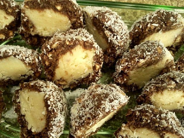 Sütés nélküli desszertet választottam mára. A receptet Rita oldalán találtam, s apróbb változtatásokkal készítettem el.     Kókuszdió sü...