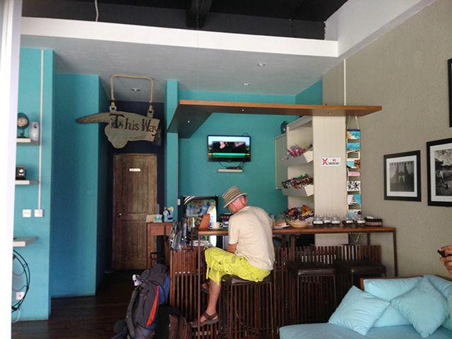 Serunya Menginap dalam Kapsul di Pulau Dewata  Hostel ini hanya memiliki 1 kamar privat dengan double bed dan tiga jenis dormitory, yaitu: dua tempat tidur, empat tempat tidur, dan kamar kapsul yang berisi 14 tempat tidur. Tidak perlu takut dengan jumlah angka 14 pada kamar kapsulnya, yang menurut saya merupakan pilihan terbaik. Masing-masing kamar kapsul memiliki loker pribadi, lampu baca, meja lipat kecil dan soket listrik.