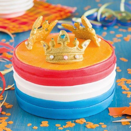 Maak deze prachtige taart met de Nederlands vlag voor de kroning van de nieuwe koning! Je maakt de taart gemakkelijk met de FunCakes mix voor biscuit. Na het bakken vul je de taart met een heerlijke laag botercrème en lemoncurd.