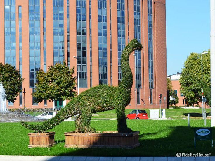 Mi ricordano Edward mani di forbice i quattro dinosauri che si trovano alla Rotonda del Biri a Padova.