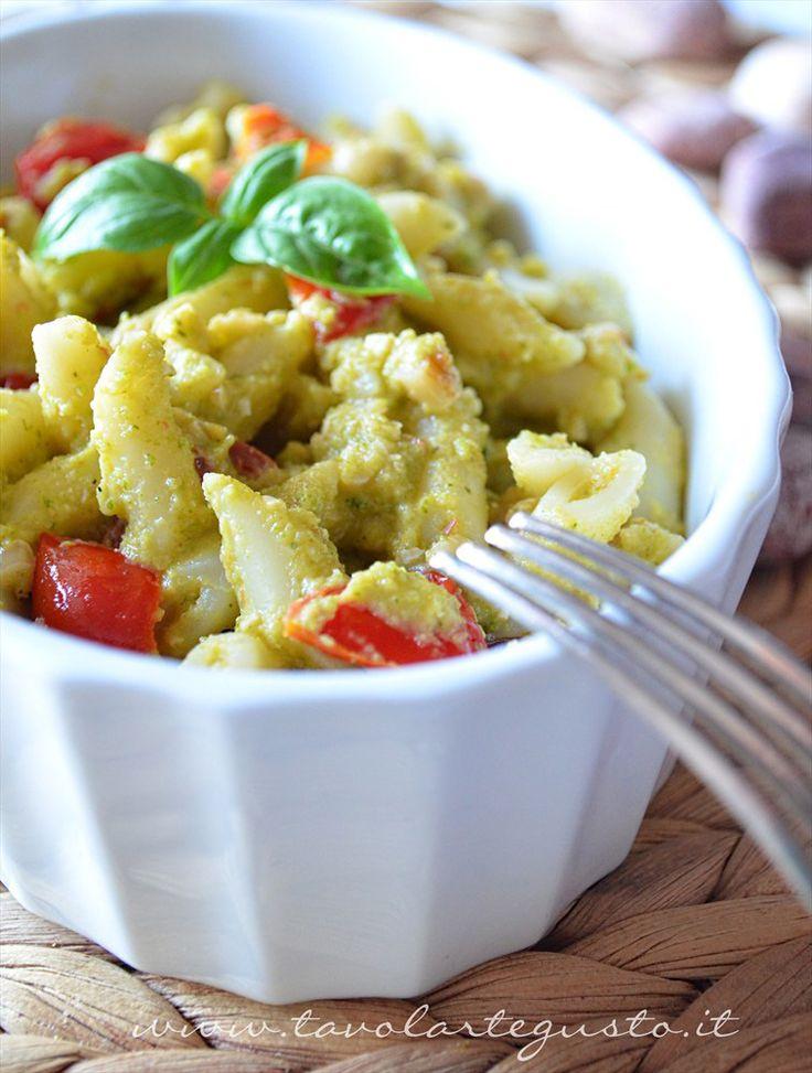 Pasta con crema di zucchine, pinoli e datterini  http://www.tavolartegusto.it/2012/07/05/pasta-con-crema-di-zucchine-pinoli-e-datterini/