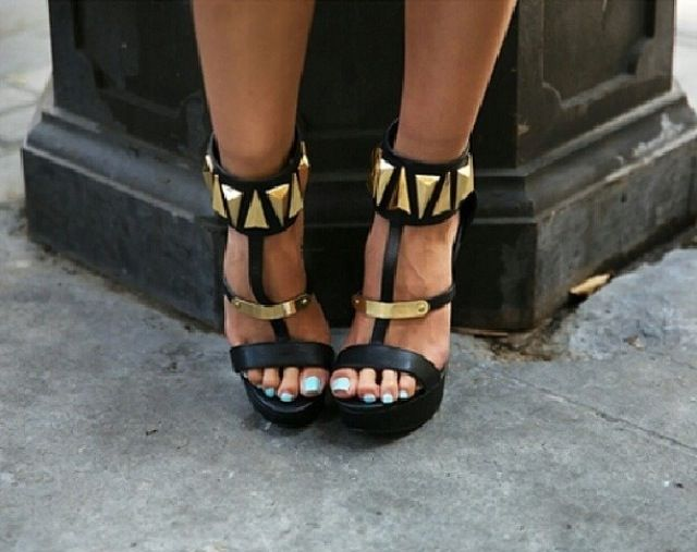 Shop Women's Qupid size 9 Heels at a discounted price at Poshmark.  Description: used black and gold heels.