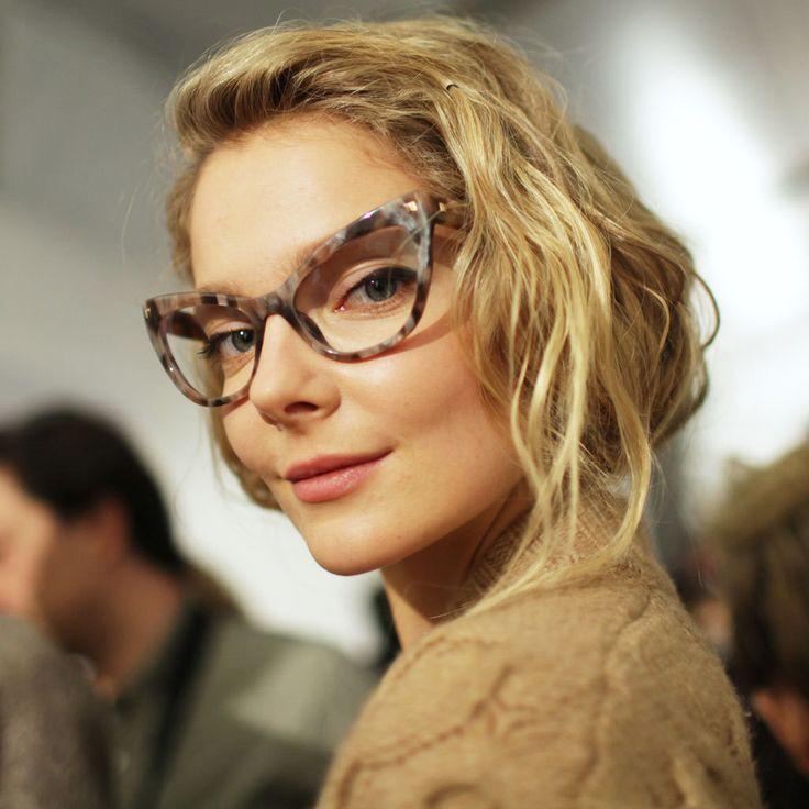 Vältä tyypilliset meikkimokat silmälasien kanssa