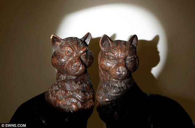 """Аукционист Малкольм Claridge сказал: """"Доля скорее Отличительной угрожающим выражением лица"""" кошек. Нацистский лидер, по-видимому использовал пару кошек, как книжных концах для кожаных переплетах томов, включая фюрера Mein Kampf. После войны, Мясник, CO замыкающих 6 авиационное училище принесли """"трофей"""" кошки обратно в Англию"""