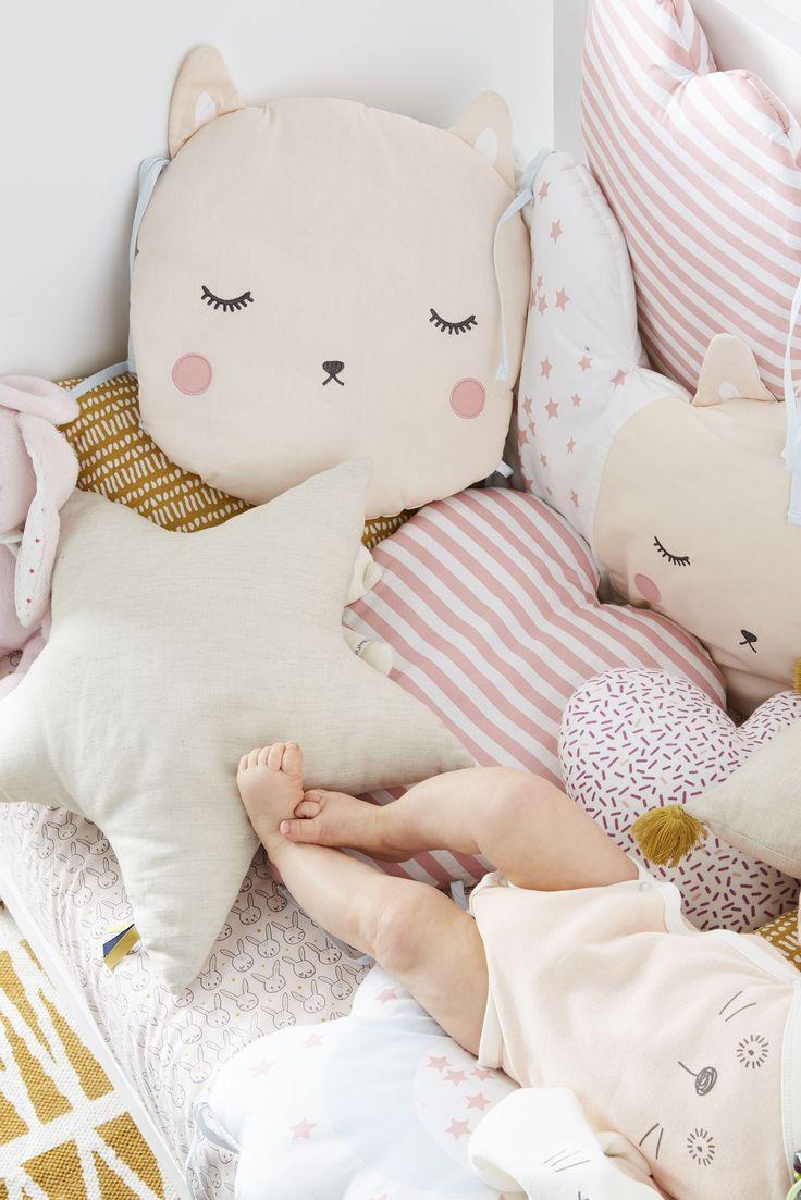 Tour de lit avec des coussins aux jolis motifs (chat, cœur et nuage)… vraiment craquant !