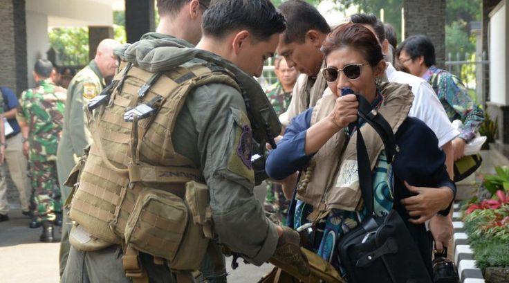 Menteri Susi Pudjiastuti mengenakan life vest sebelum terbang dengan pesawat MV-22 Osprey dari Bandara Halim. (Penerangan Lanud…