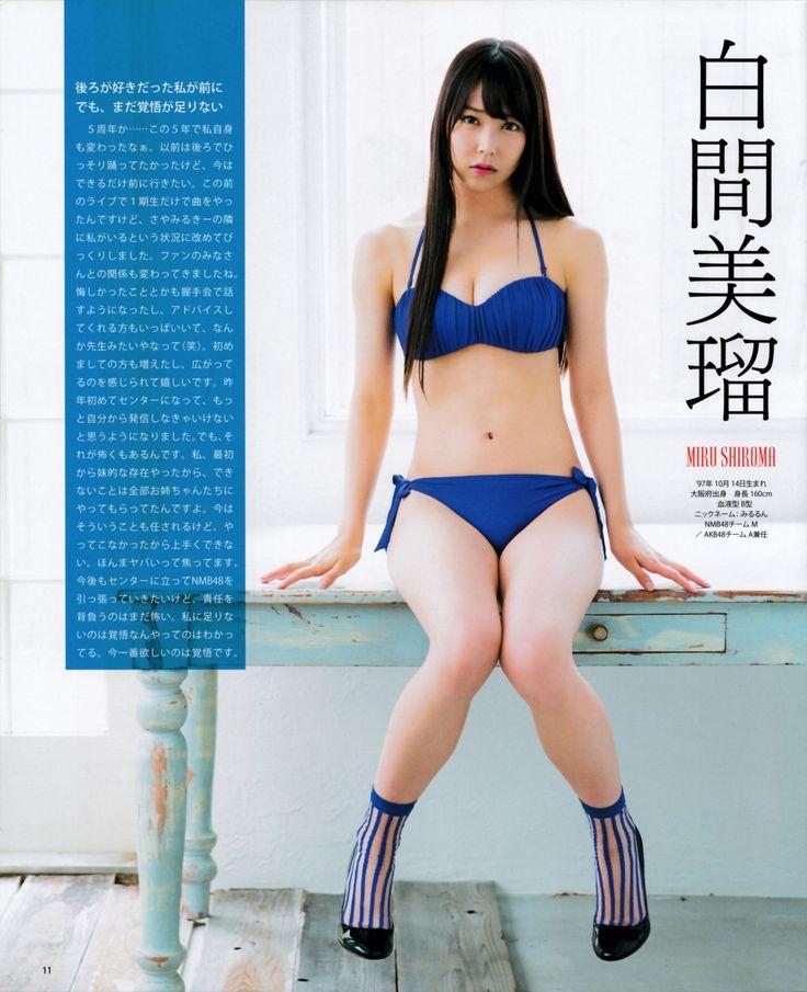 鮮やかな青の水着の白間美瑠