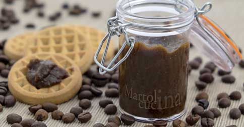 La confettura al caffè in microonde è un'ottima soluzione per realizzare dessert veloci e di gusto, da abbinare a ricotta o mascarpone o per farcire crostate.