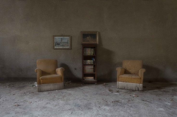 Dal lusso alle macerie: le ville abbandonate d'Italia     Dal lusso alle macerie: le ville abbandonate d'Italia     La villa di un'artista abbandonata dopo un terremoto. Nord Italia