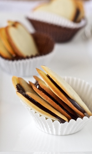 homemade milano cookies http://dandysugar.com/uncategorized/the-daring-bakers-recreating-the-classic-milano-cookie