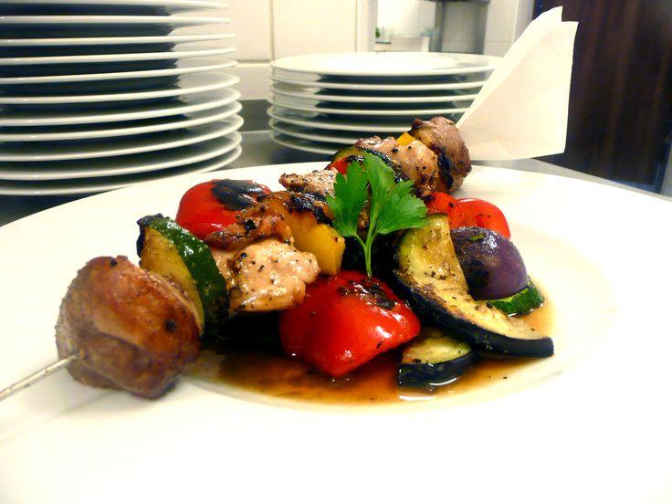 Masový špíz se zeleninou a pečenými bramborami s česnekovým tvarohem U Kaštanů Jarov. http://www.ukastanu.cz/jarov #ukastanujarov