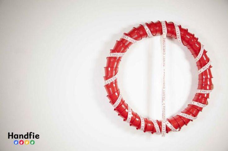 Corona de Navidad hecha con vasos de plástico