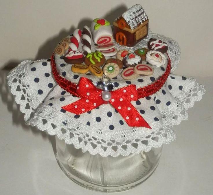 Barattolo di vetro col tappo decorato con dolcetti in fimo.
