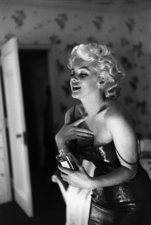 Marilyn wearing parfume Chanel No. 5