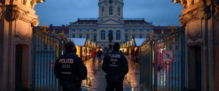 BERLIN. Der Berliner Weihnachtsmarkt vor dem Schloß Charlottenburg ist nicht für dieSicherheitsmaßnahmen gegen Terroranschläge zuständig.Das Berliner Verwaltungsgericht entschied am Dienstag zugunsten des Weihnachtsmark-Betreibers, der dagegen geklagt hatte, die Kosten für Beton-Poller und Absp...