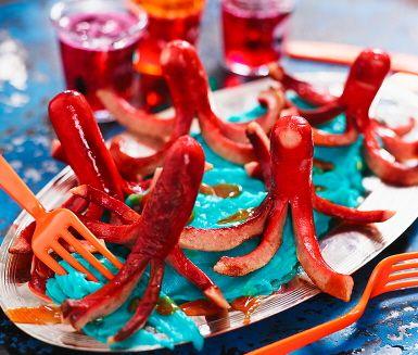 Bläckfiskar helt utan bläckfisk! De här havsdjuren görs istället av kokt korv, och serveras ihop med ett blått potatismos som inte osökt för tankarna till havet…