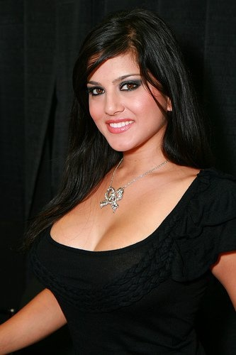 Here are some Of The old BuT seXy hD walpapers of SunnY leone ..