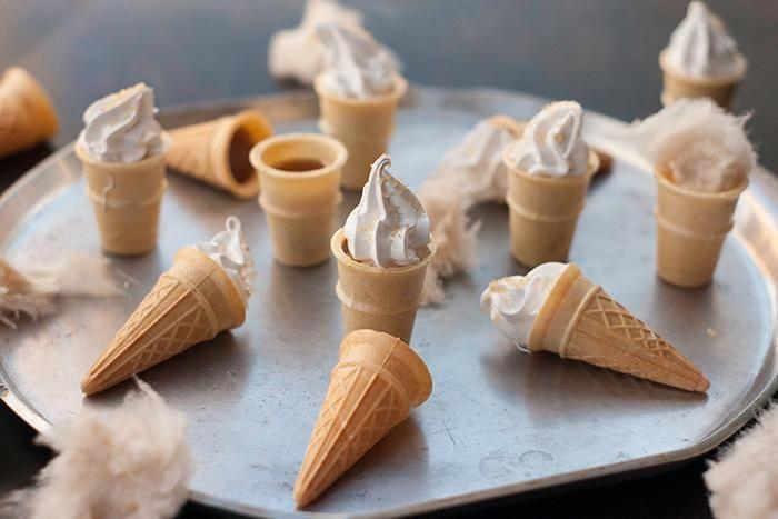 Essayez notre recette maison de minicornets à la tire d'érable avec guimauve facile; un dessert parfait pour le Temps des sucres.