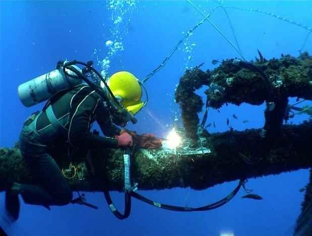 La saldatura negli ambienti marini La saldatura sott'acqua permette di riparare scafi di navi e impianti petroliferi. Il sistema prevede una nave appoggio con un generatore a bordo che produca corrente elettrica. Ma non è facile, perc #saldatura #sott'acqua #mare