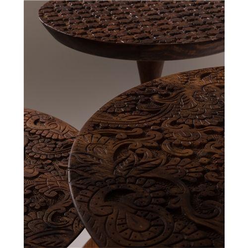 De By Hand Bijzettafel is een eerbetoon van Dutchbone aan Indiase houtsnijders uit Dhundbar. De designers van Dutchbone verwerkten de prachtige, traditionele textielpatronen van deze ambachtslieden in dit handgesneden tafelblad. Een uniek object!