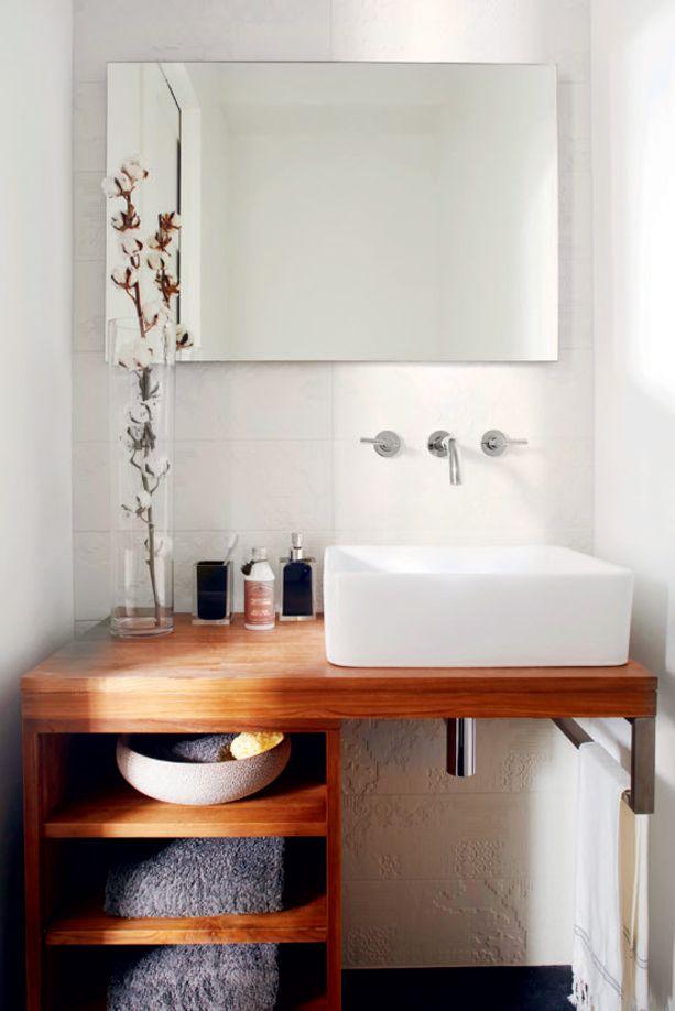 Décoration: meuble de bois et vasque carrée dans la salle de bains | Décormag