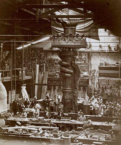 Vue  intérieure des ateliers lors de la  réalisation de la main de la statue  de la Liberté en 1876.  Albert  FLAMAND