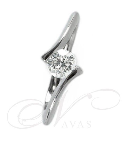 Este anillo de diamantes tiene un diseño original y moderno, perfecto para una mujer que le guste aunar la elegancia y la modernidad. Realizado en oro de Primera Ley de 18 quilates. Se puede escoger entre oro blanco o en oro amarillo y cuenta con la posibilidad de fabricarse en Platino. Es una joya con un estilo vanguardista y actual, perfecta para un regalo en una ocasión especial.