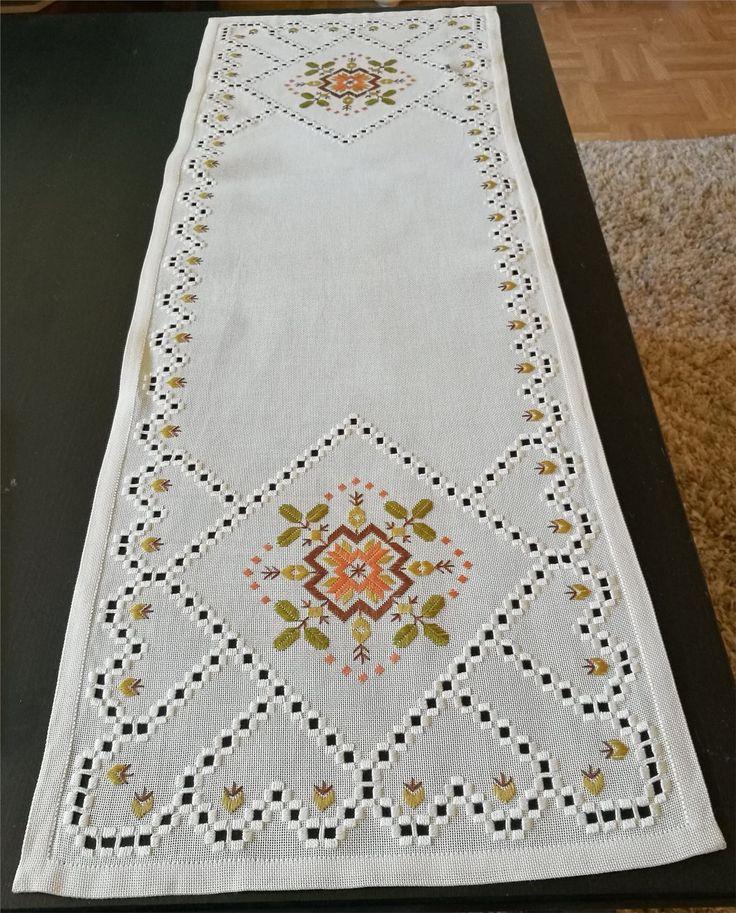 Vacker linnelöpare med hardangersöm och handbroderier 87 x 31,5 cm  på